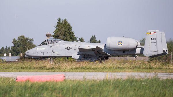 Приземление А-10 на дорогу - Sputnik Латвия