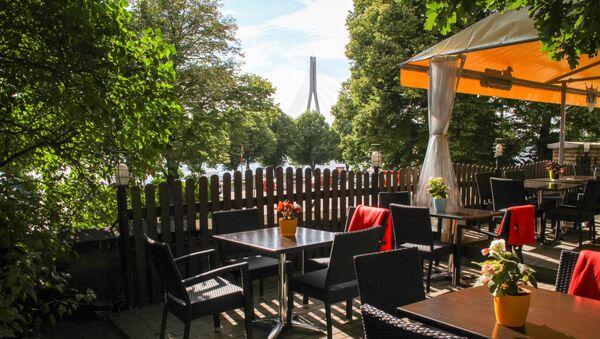 Кафе-ресторанчик-терраса Labais krasts на Набережной 11 Ноября - Sputnik Латвия