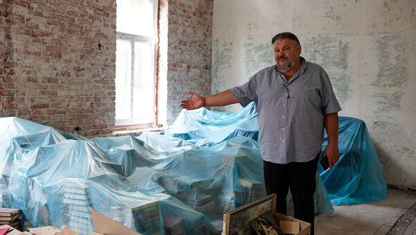 Валерий Кравцов демонстрирует будущие помещения библиотеки Русского дома в Лиепаи - Sputnik Латвия