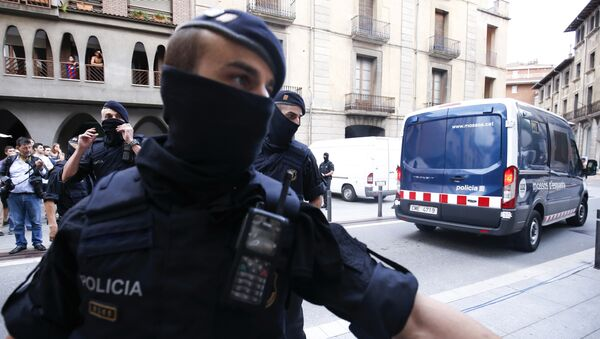 Каталонские полицейские блокируют дорогу после задержания подозреваемого связанного с терактами в Барселоне и Камбрилсе - Sputnik Латвия