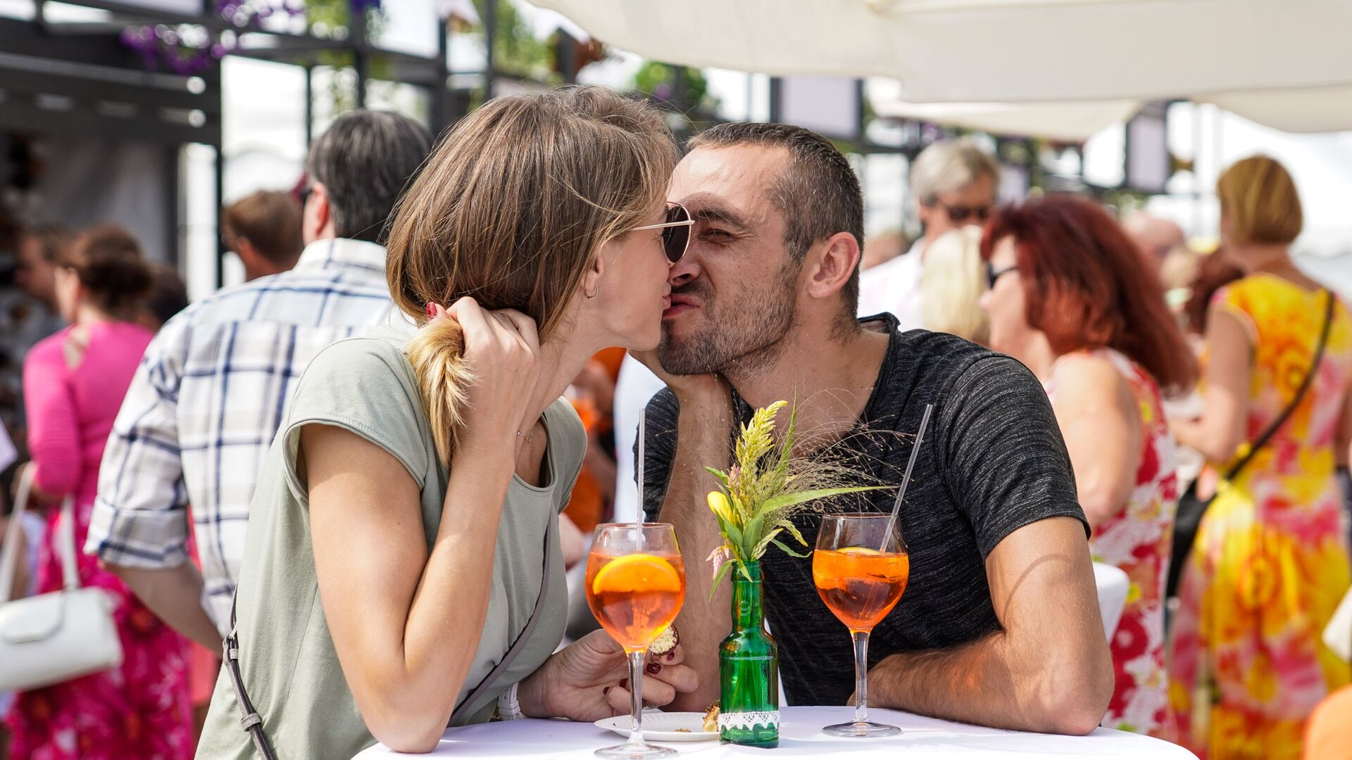 Коктейли рождают романтическое настроение у посетителей Ресторана Праздника Риги - Sputnik Латвия, 1920, 17.06.2021