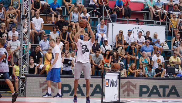 Бывший игрок сборной Латвии по баскетболу Кристапс Валтерс выиграл конкурс по трёхочковым броскам во время Матча берегов по баскетболу - Sputnik Латвия