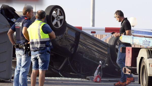 Полицейские проверяют автомобиль, участвовавший в террористической атаке в Камбрильсе - Sputnik Латвия