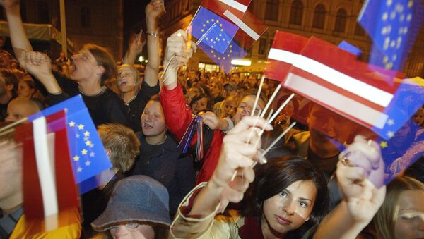 Молодежь с флажками Латвии и ЕС - Sputnik Latvija
