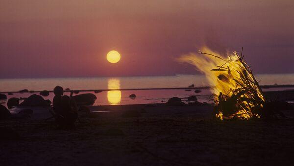 Костер на берегу моря, архивное фото - Sputnik Латвия