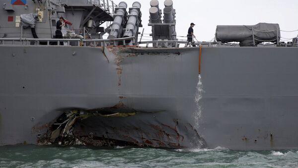 Эсминец ВМС США Джон Маккейн после столкновения с торговым судном, 21 августа 2017 - Sputnik Latvija