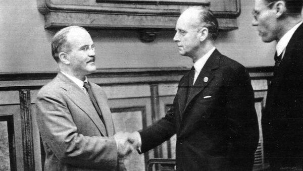 Вячеслав Молотов и Иоахим фон Риббентроп пожимают руки после подписания пакта - Sputnik Латвия