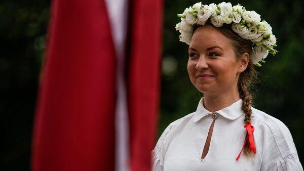 Латышская девушка в национальном костюме - Sputnik Латвия