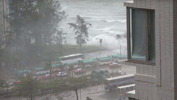 Турист выложил видео тайфуна Hato в Азии - Sputnik Latvija