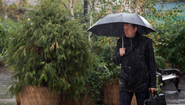 Мужчина с зонтом - Sputnik Латвия