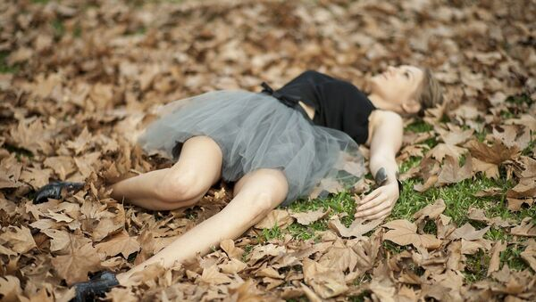 Девушка в осенних листьях - Sputnik Латвия