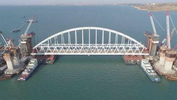 Железнодорожную арку Крымского моста доставили на фарватер - Sputnik Латвия