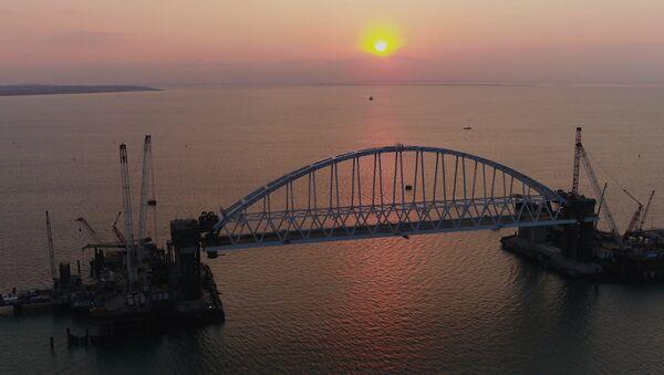 Подъем железнодорожной арки Крымского моста - Sputnik Латвия