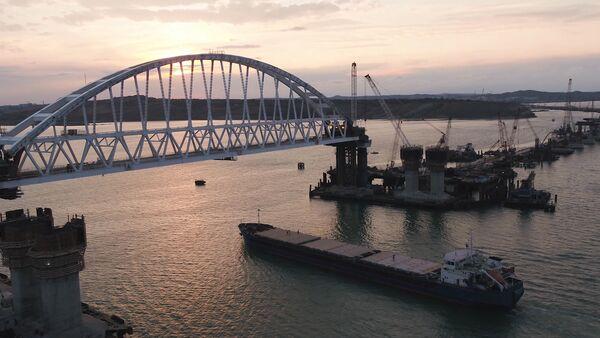Проход корабля под железнодорожной аркой Крымского моста - Sputnik Латвия
