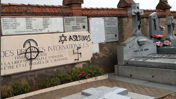 Оскверненный памятник латвийским и советским воинам-антифашистам на кладбище Фуэнкарраль в Мадриде - Sputnik Латвия