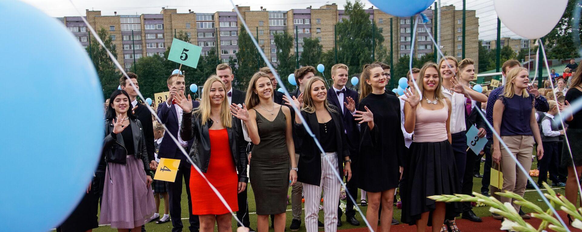 Старшеклассники поздравляют первоклашек с началом учебного года - Sputnik Латвия, 1920, 20.08.2021
