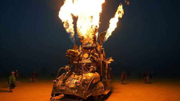 Многие участники Burning Man специально к фестивалю создают специальный, фантастический тюнинг для своих машин, иногда буквально, собирая их заново - Sputnik Латвия