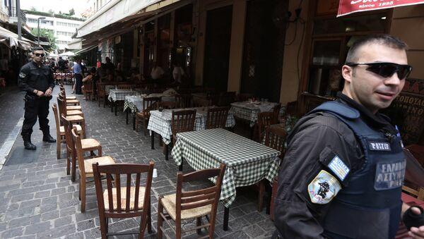 Сотрудники греческой полиции на улице Афин, архивное фото - Sputnik Latvija