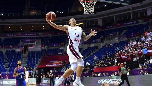 Латвийский форвард Янис Тимма отправляет в корзину мяч во время баскетбольного матча FIBA Eurobasket 2017 мужской сборной  между Латвией и Великобританией - Sputnik Латвия