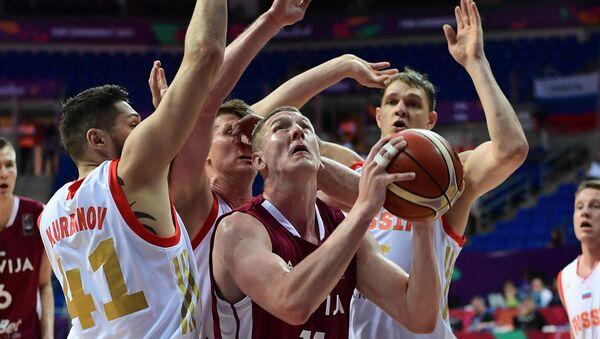 Роланс Смитс с мячом во время матча между сборными Латвии и России - Sputnik Латвия