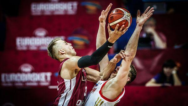 Сборная Латвии обыграла команду России в групповом этапе чемпионата Европы по баскетболу - Sputnik Латвия