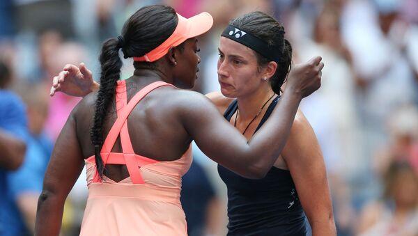 Американка Слоан Стивенс (слева) обнимает Анастасию Севастову после матча Открытого теннисного турнира США - Sputnik Латвия