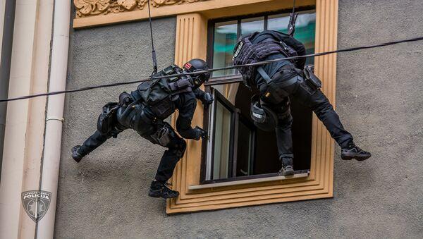 Полиция провела учения по освобождению заложников в центре Риги - Sputnik Latvija