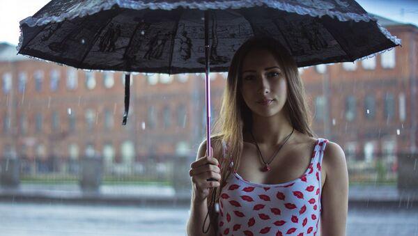 Девушка под зонтом - Sputnik Латвия