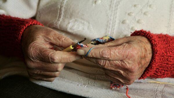 Руки пожилой женщины, архивное фото - Sputnik Латвия