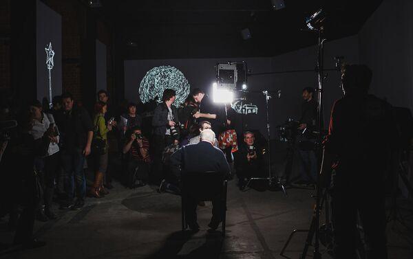 Резо Габриадзе дает интервью на открытии мультимедийного проекта Необыкновенная выставка - Sputnik Латвия