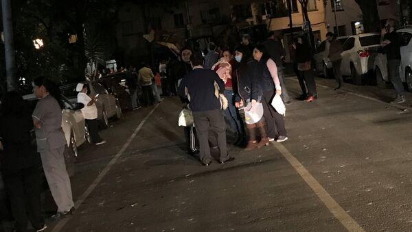 Люди на улицах Мехико после землетрясения - Sputnik Латвия
