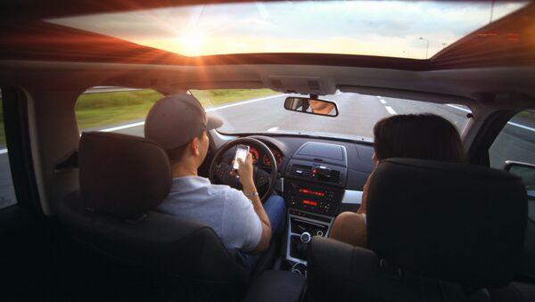 Водитель с пассажиром в салоне автомобиля - Sputnik Латвия