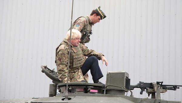 Глава МИД Британии Борис Джонсон проехал на танке во время поездки в Эстонию - Sputnik Latvija