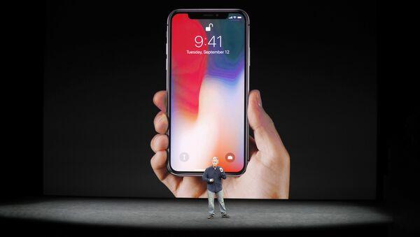 Старший вице-президент фирмы Apple Фил Шиллер представляет iPhone X во время запруска продаж в Купертино 12 сентября 2017 года - Sputnik Латвия