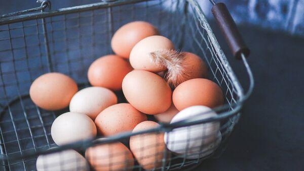 Куриные яйца в корзине - Sputnik Латвия