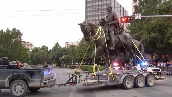 Статую генерала Ли сняли с пьедестала из парка в Далласе - Sputnik Латвия
