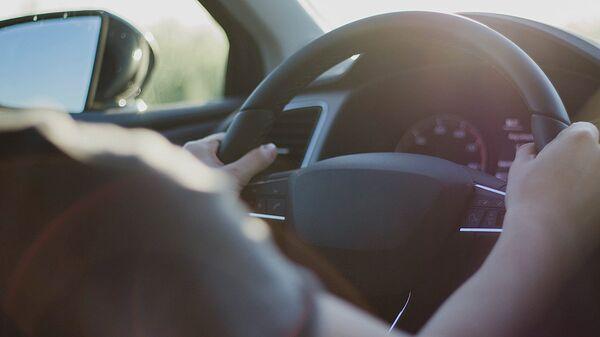 Водитель за рулем автомобиля - Sputnik Латвия