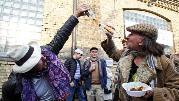 Красное вино к мясу, белое – к рыбе. — А водка с пивом? — К неприятностям - Sputnik Latvija