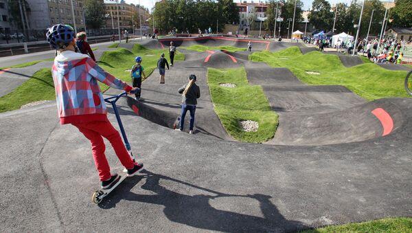 На велотреке могут кататься не только велосипедисты,но и роллеры, скейтеры и любители самокатов - Sputnik Латвия