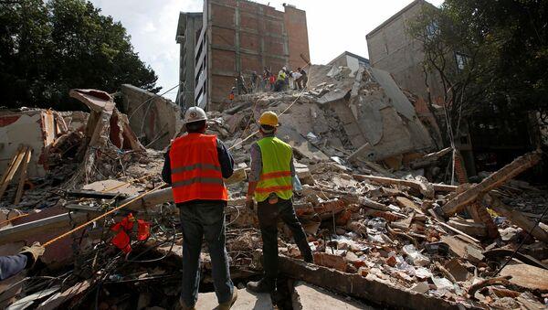 Спасатели разбирают обломки разрушенного здания после землетрясения в Мехико, Мексика - Sputnik Латвия