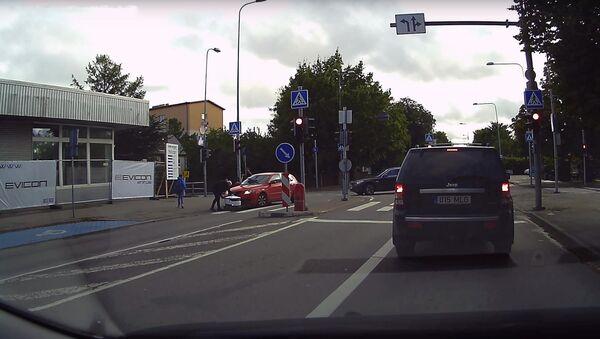 Робот-доставщик против автомобиля - Sputnik Латвия