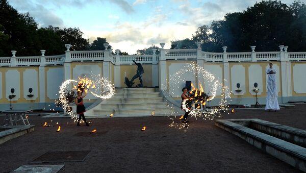 В таллиннском парке Кадриорг проходит фестиваль Свет шагает по Кадриоргу - Sputnik Латвия