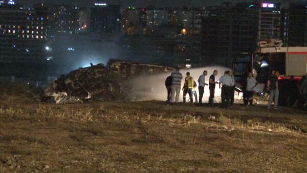 Кадры с места ЧП в аэропорту Стамбула, где загорелся частный самолет - Sputnik Латвия