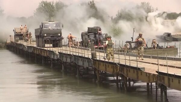 Российские военные возвели мост через Евфрат для перевозки техники - Sputnik Латвия