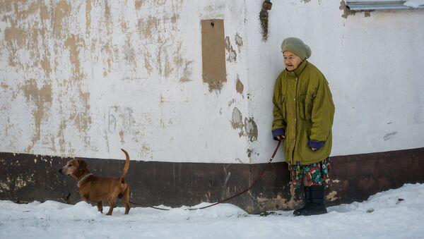 Жительница Лудзы с собачкой - Sputnik Латвия