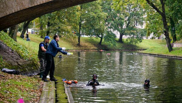 Ежегодная акция по очистке латвийских водоёмов от мусора прошла на городском канале - Sputnik Латвия
