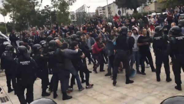 Референдум в Каталонии: столкновения с полицией - Sputnik Латвия