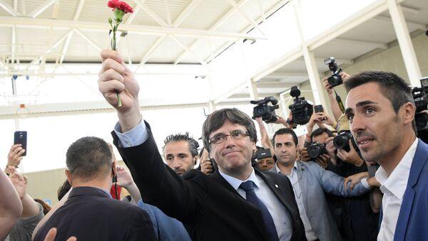 Глава правительства Каталонии Карлес Пучдемон на референдуме о независимости Каталонии, Испания - Sputnik Латвия