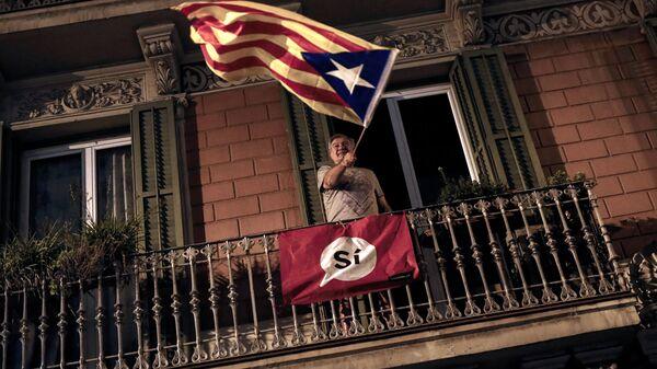 Мужчина на балконе с флагом Каталонии - Sputnik Латвия