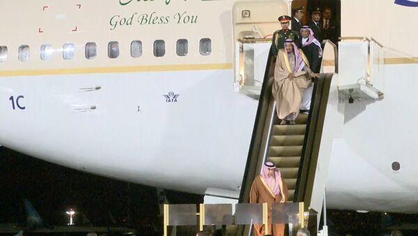 Сломавшийся трап самолета у короля Саудовской Аравии во время визита в Москву - Sputnik Латвия